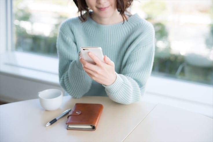 マッチングアプリを利用する女性
