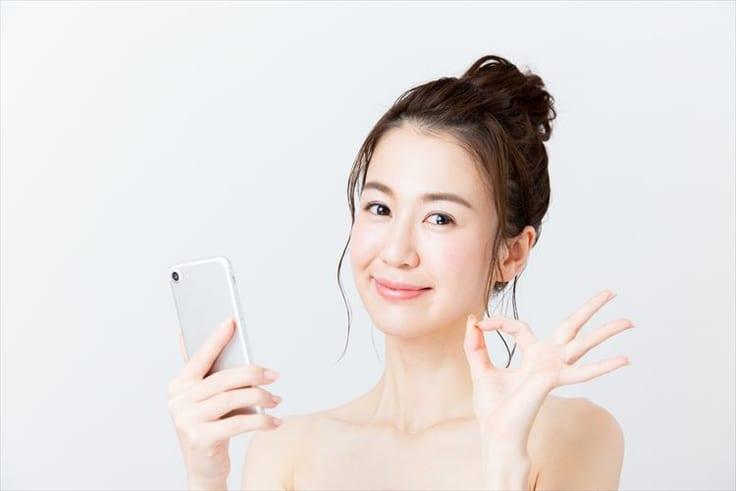 フェイスブックから利用できる出会いアプリのメリットを紹介する女性