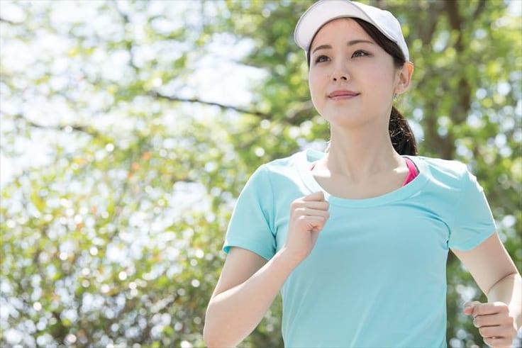 運動をして健康的な生活を心がける女性