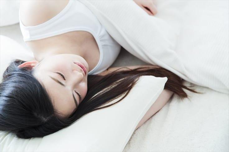 しっかりと睡眠をとる女性
