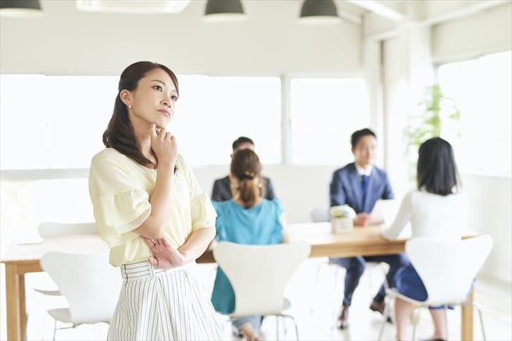 婚活に疲れた時の対処法を考える女性