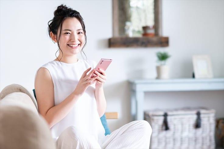商社マンと出会うためにマッチングサイトや婚活アプリを利用する女性