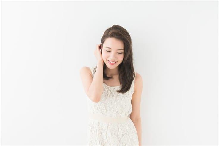髪を耳にかける女性