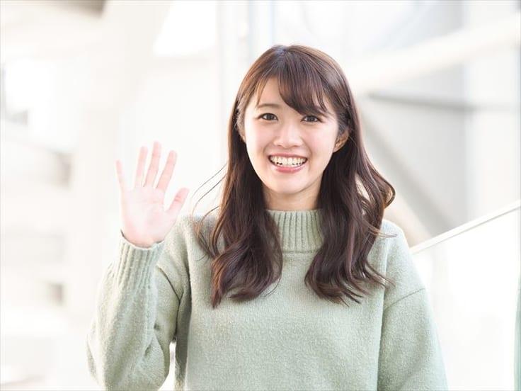笑顔で手を振る