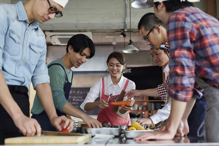 料理教室へ参加する男性