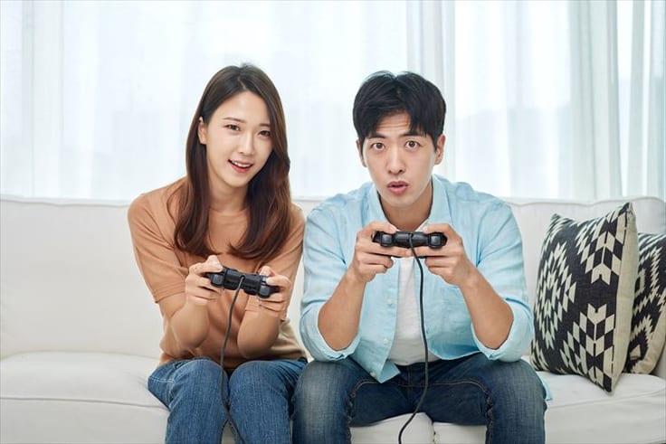 一緒にゲームを楽しむカップル