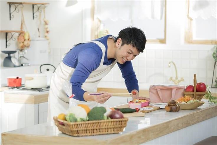 男性が料理