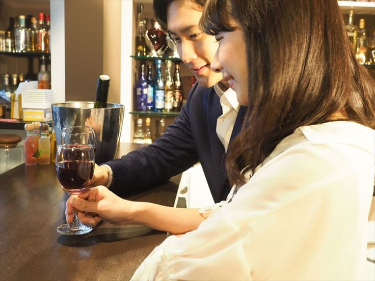 バーでの出会い方のシチュエーション6選!バーで知り合う男性の特徴と注意点もチェックしておこう!について