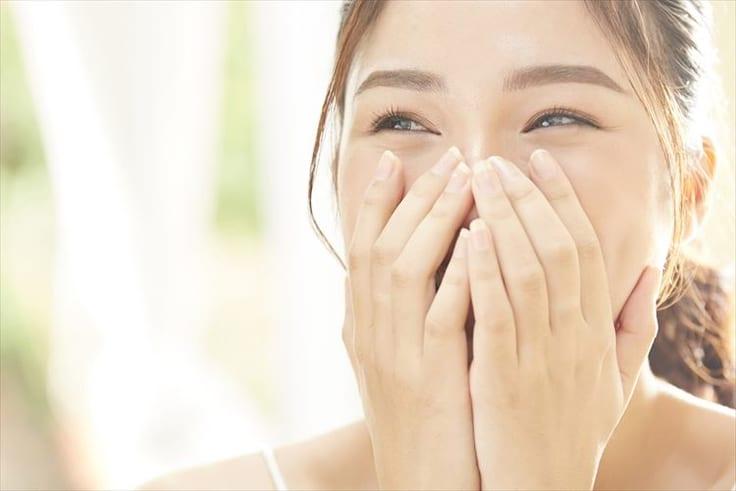 大きく笑うときは口を手で押さえる