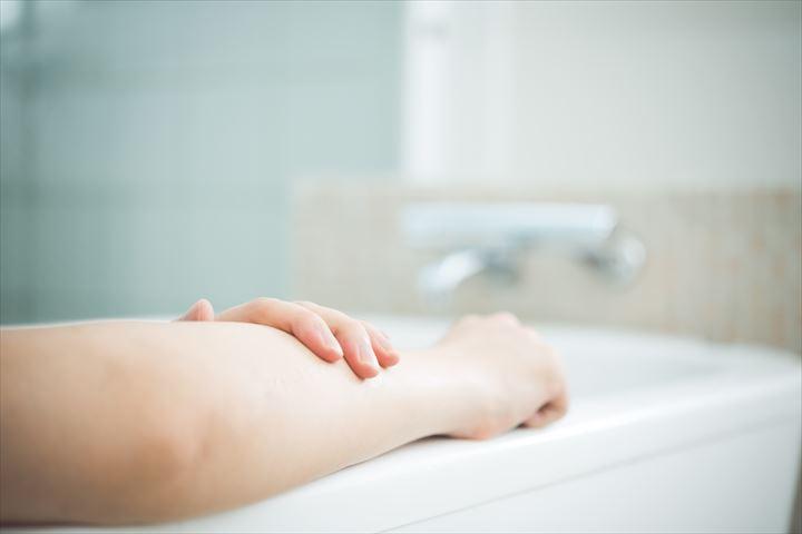 お風呂に浸かって温まる