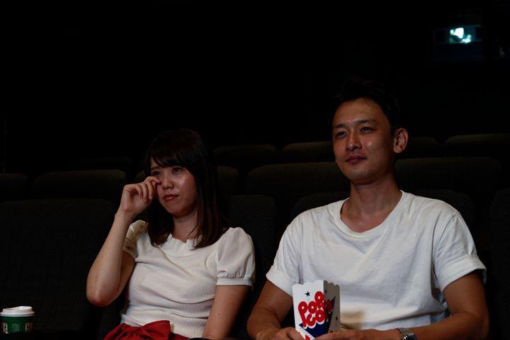 映画を見て泣く女性