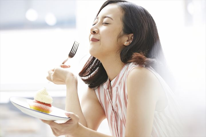 美味しそうに食べる女性