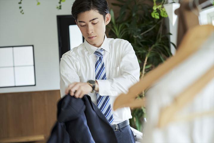 スーツ姿が似合う男性
