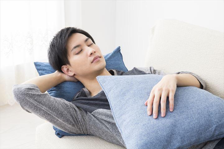休日に寝ている男性