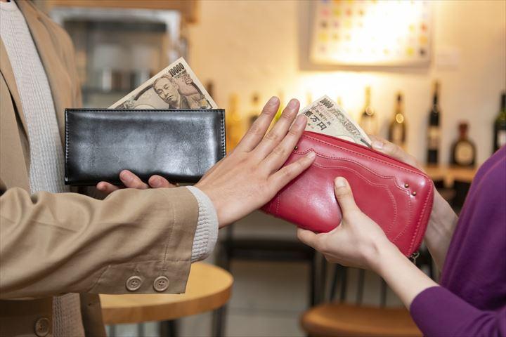 お財布を出す女性
