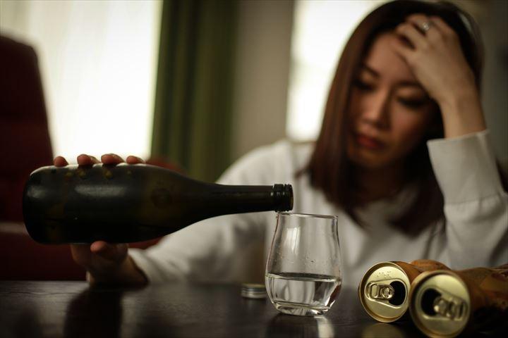 お酒にのめり込む女性